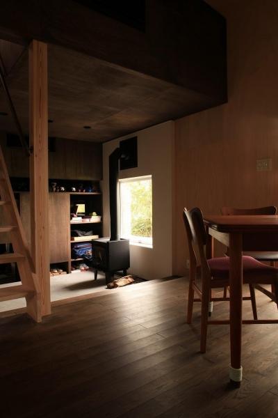 『HDFの家』〜雑木林と語らう家〜 (暖炉の向こうには趣味の隠れ家)