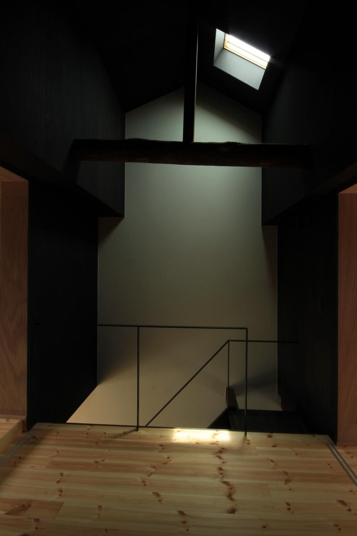 『再生則武長屋』~ミニマリズムの和モダン~(古民家再生) (天窓からの陽光・小屋組み)