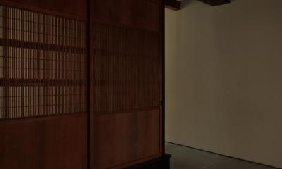 『再生則武長屋』~ミニマリズムの和モダン~(古民家再生) (前室・板の間・光庭へ(閉鎖))