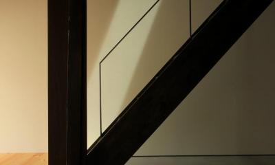 『再生則武長屋』~ミニマリズムの和モダン~(古民家再生) (階段上からの陽光ライン)