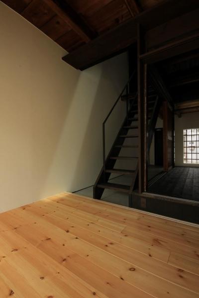 階段吹抜けに落ちる陽光 (『再生則武長屋』~ミニマリズムの和モダン~(古民家再生))
