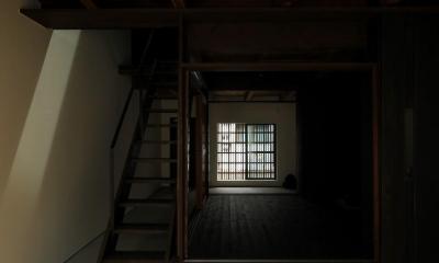 『再生則武長屋』~ミニマリズムの和モダン~(古民家再生) (階段上の吹抜けからの陽光・表通りに向けて)