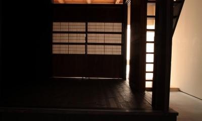 『再生則武長屋』~ミニマリズムの和モダン~(古民家再生) (前室から奥室へ・木格子戸)