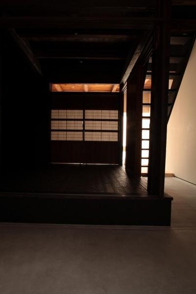 前室から奥室へ・木格子戸 (『再生則武長屋』~ミニマリズムの和モダン~(古民家再生))