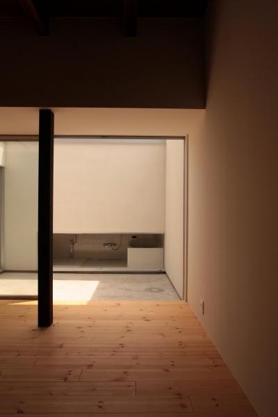 光庭・洗面浴室への様子 (『再生則武長屋』~ミニマリズムの和モダン~(古民家再生))