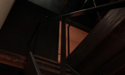 『再生則武長屋』~ミニマリズムの和モダン~(古民家再生) (階段スペースから天窓を見上げる)