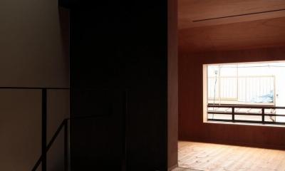 『再生則武長屋』~ミニマリズムの和モダン~(古民家再生) (2階のフリースペースに落ちる陽光)