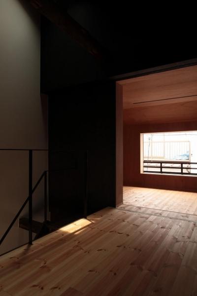 2階のフリースペースに落ちる陽光 (『再生則武長屋』~ミニマリズムの和モダン~(古民家再生))