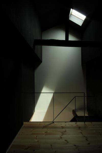 陽光だけの瞑想空間 (『再生則武長屋』~ミニマリズムの和モダン~(古民家再生))