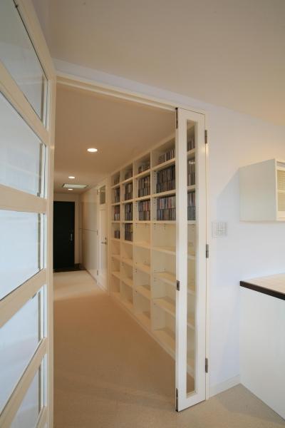 玄関からりリビングへ続く、作りつけ壁面収納 (H邸)