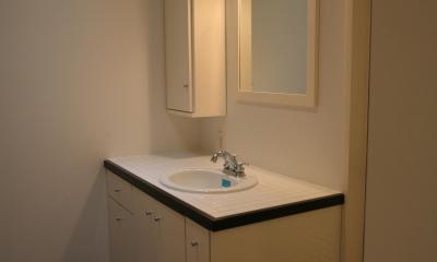 H邸 (キッチンと同色で統一した洗面)