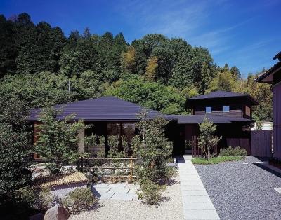 『塩河の家』〜里山の風景と暮らす家〜 (アプローチ遠景・山と似合う屋根並み)