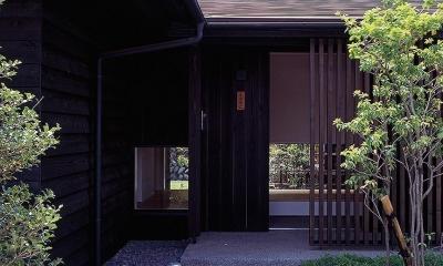 『塩河の家』〜里山の風景と暮らす家〜 (アプローチから・玄関ホール越しの庭の様子)