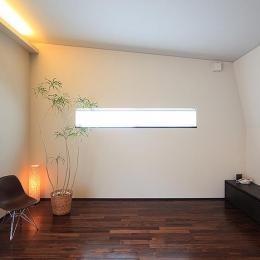 「内開きの家」 (光が差し込む空間)