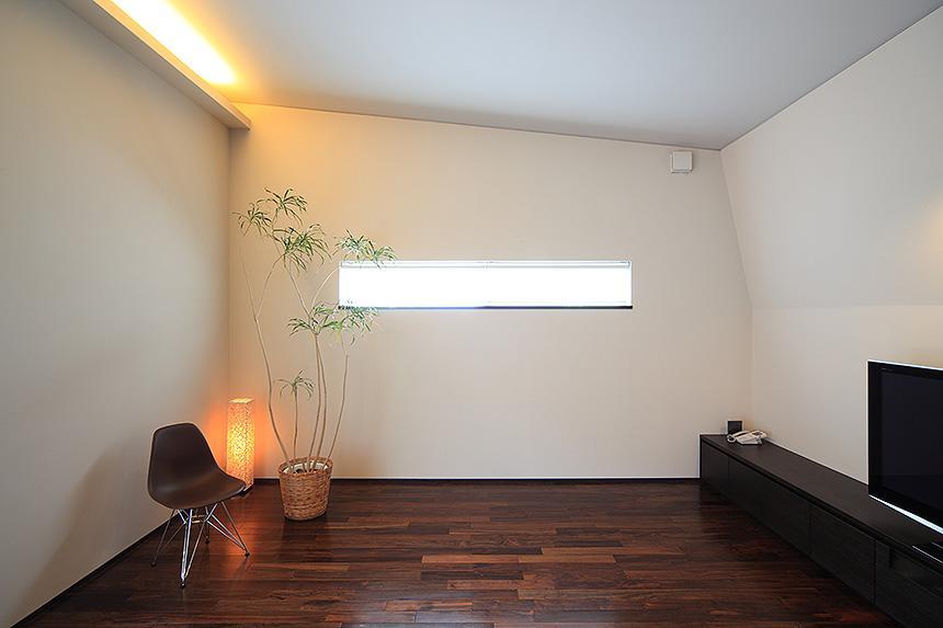 「内開きの家」の部屋 光が差し込む空間
