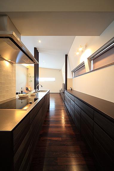 「内開きの家」の部屋 広々とした収納たっぷりのキッチン