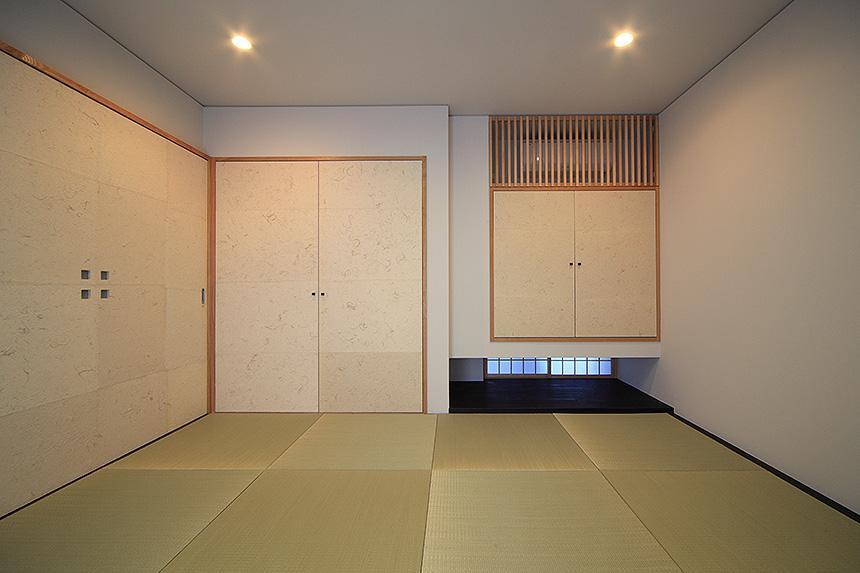 「内開きの家」の部屋 地窓のある和室