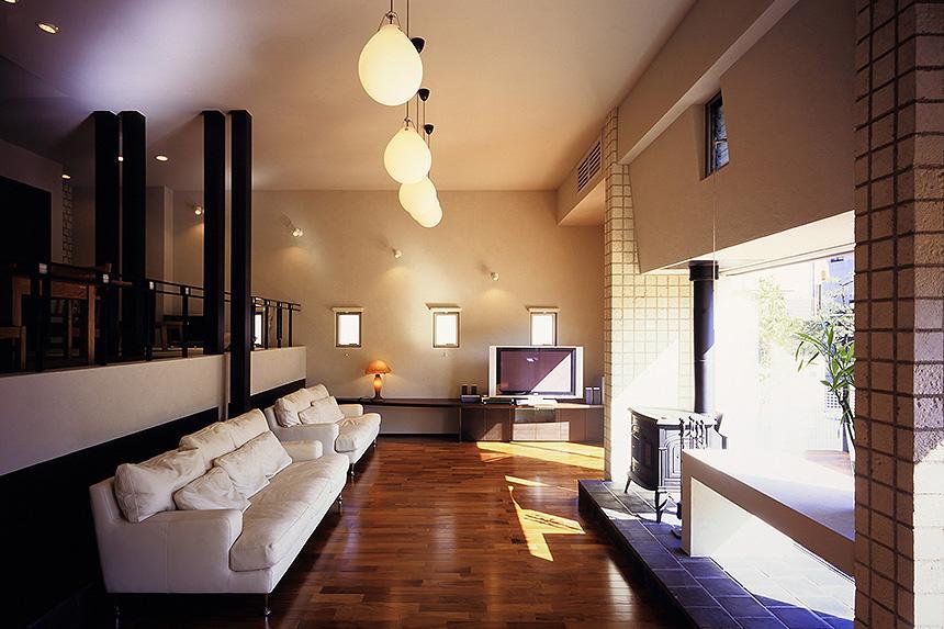 「池上台の家」の部屋 暖炉のあるリビング