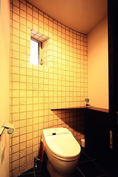 「池上台の家」の部屋 明るいトイレ