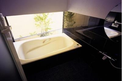 落ち着いたバスルーム (「池上台の家」)