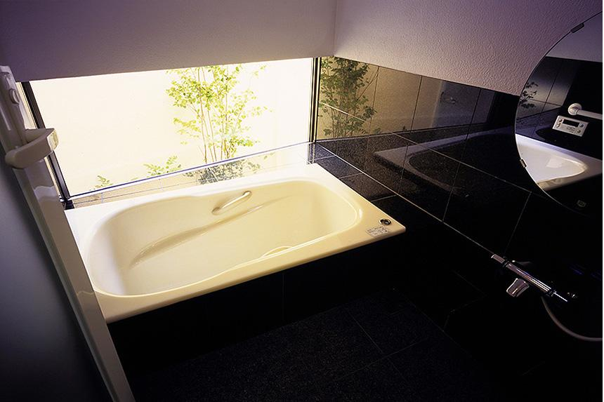「池上台の家」 (落ち着いたバスルーム)