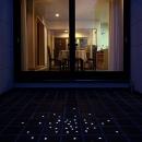 床のタイルにLEDを埋め込んだ中庭