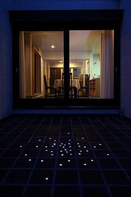 「ホタルの舞う家」 (床のタイルにLEDを埋め込んだ中庭)