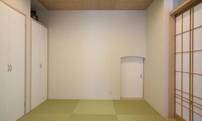 「ホタルの舞う家」 (小さな引き戸のある和室)