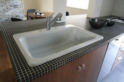 F邸 (シックなカラータイルと陶器シンクのコントラスト)