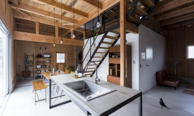 倉庫をリノベーションしたかのような新築の家(石部の家) (ダイニングキッチン)