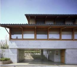 連層の家 (連続窓のある住宅)