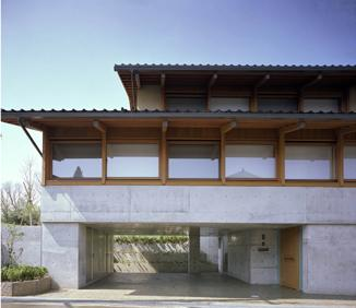 連層の家の写真 連続窓のある住宅