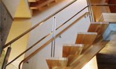 連層の家 (個性的な階段)