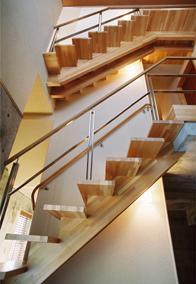 連層の家の部屋 個性的な階段