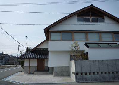 ひとつ屋根の家の部屋 瓦屋根の住宅