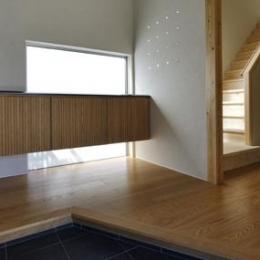 ひとつ屋根の家 (明るい玄関)