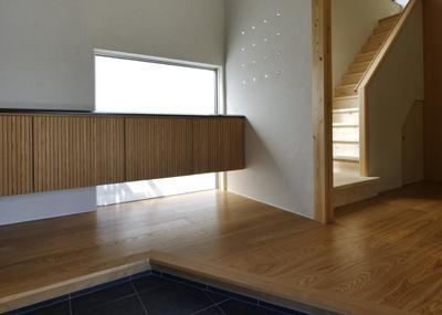 ひとつ屋根の家の部屋 明るい玄関