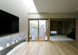 ひとつ屋根の家 (天窓から光が差し込む空間)
