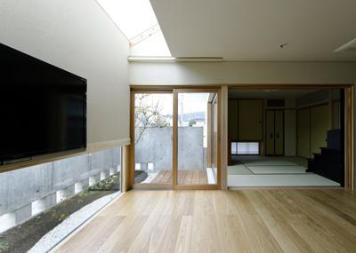 ひとつ屋根の家の部屋 天窓から光が差し込む空間