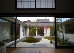 四季の回廊 (中庭を眺めて)