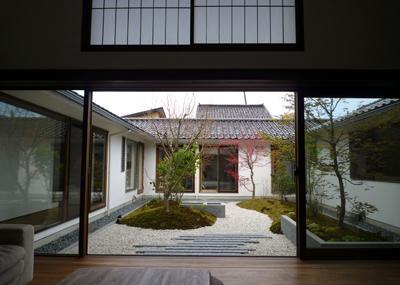 四季の回廊の写真 中庭を眺めて