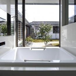 中庭と一体感のあるバスルーム