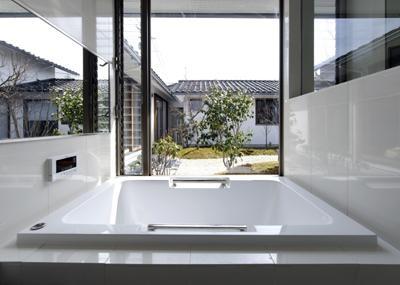 中庭と一体感のあるバスルーム (四季の回廊)
