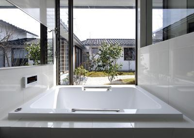 四季の回廊の写真 中庭と一体感のあるバスルーム