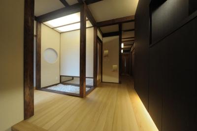 旅館のような玄関ホール (『図書館のある家』~そこに住むことの楽しさを追求した住宅~)