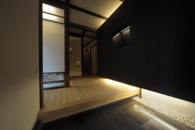 和モダンな玄関収納 (『図書館のある家』~そこに住むことの楽しさを追求した住宅~)