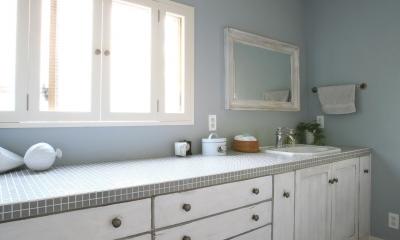 N邸 (1Fカラータイルと壁紙が落ち着いた雰囲気の洗面台)