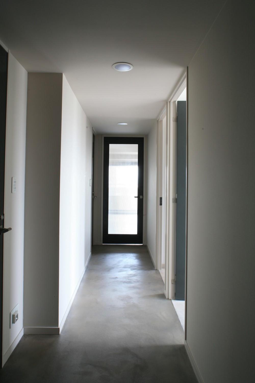 H邸 (玄関からリビングへ続く廊下)