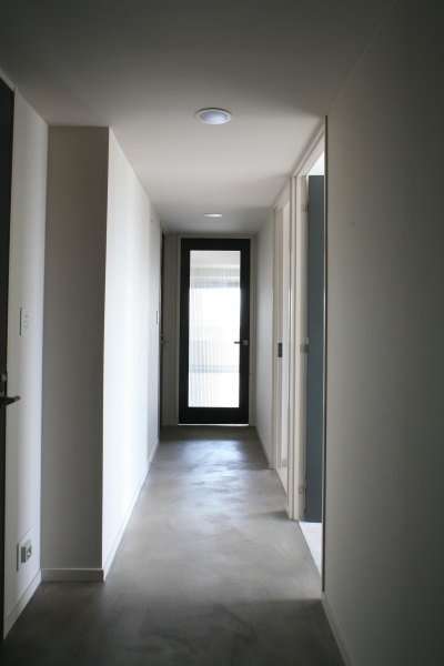 玄関からリビングへ続く廊下 (H邸)