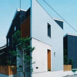 母屋の西の変形地に建てた住宅